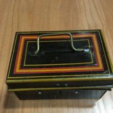 Juguetes antiguos y Juegos de colección: HUCHA PAYA AÑOS 40 HOJALATA. Lote 144501044
