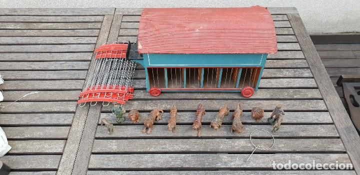 Juguetes antiguos y Juegos de colección: PRECIOSA CARAVANA / REMOLQUE DE LEONES Y TIGRES DE MADERA CON DOMADOR, CUIDADOR, 2 PERROS Y JAULA - Foto 2 - 147507022