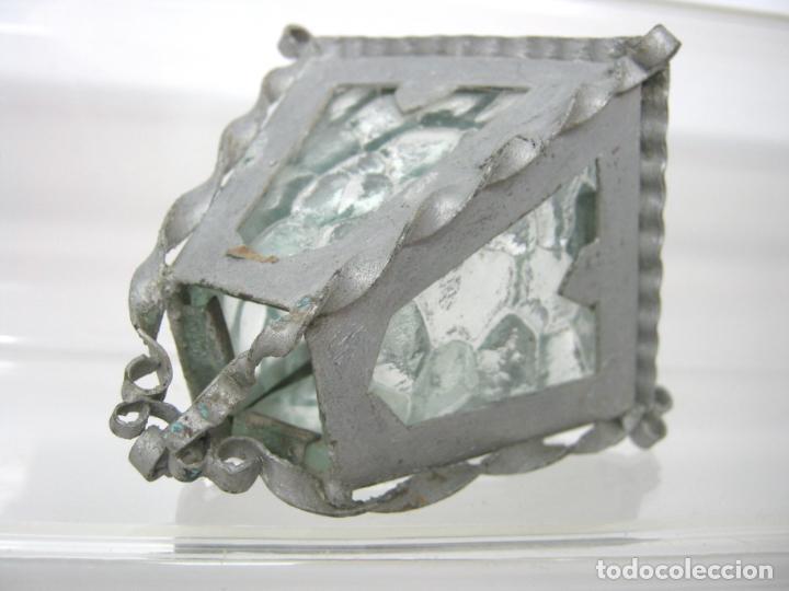 Juguetes antiguos y Juegos de colección: Antiguo pequeño farol de metal y 4 cristal miniatura - casa muñecas - Foto 3 - 148096398