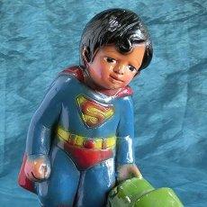 Altes Spielzeug und Spiele - ABSOLUTAMENTE VINTAGE - ANTIGUA Y EXTRAÑA FIGURA DE SUPERMAN DE NIÑO - ESCAYOLA POLICROMADA - HUCHA - 151012858