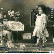 Juguetes antiguos y Juegos de colección: NIÑOS EN LA HABITACIÓN DE LOS JUGUETES-TREN-MUÑECA-FOTOGRÁFICA 1919- MUY RARA. Lote 155719946