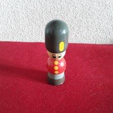 Juguetes antiguos y Juegos de colección: SOLDADO DE MADERA GUARDA INGLÉS. Lote 155791049