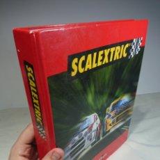 Juguetes antiguos y Juegos de colección: CARPETA + 15 FASCÍCULOS SCALEXTRIC ALTAYA AÑO 2000 + REGALO. Lote 156410561