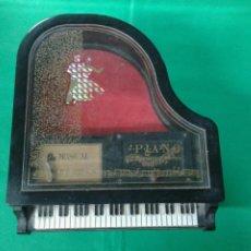 Juguetes antiguos y Juegos de colección: PIANO DECORATIVO MUSICAL. Lote 165343414