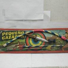 Juguetes antiguos y Juegos de colección: EL PEQUEÑO CAZADOR - ARCO CON FLECHAS Y CUCHILLO NAVAJA INDIO CAZADOR. Lote 166386890