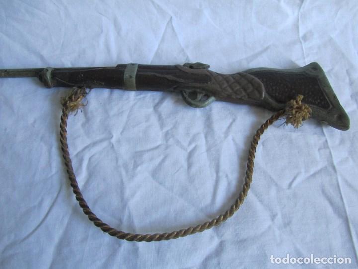 Juguetes antiguos y Juegos de colección: Escopeta pequeña de juguete. Metal y resina o plástico - Foto 4 - 167993208