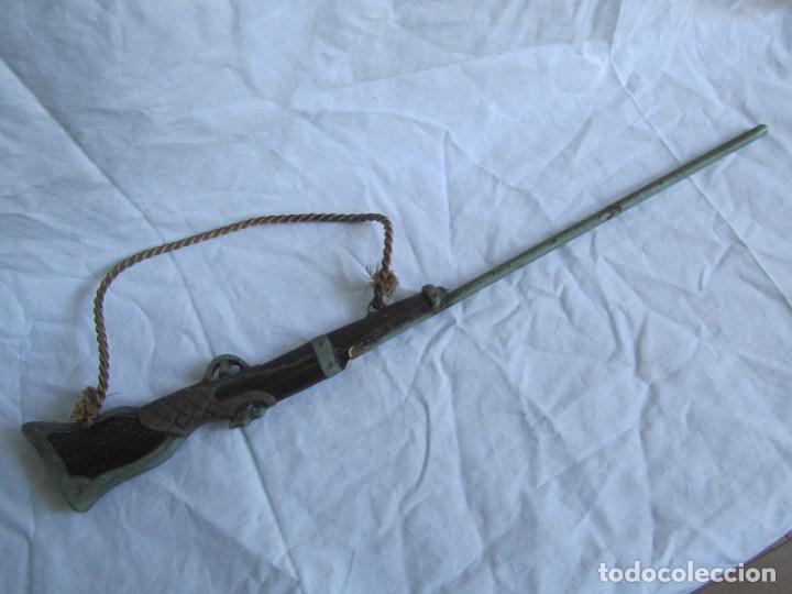 Juguetes antiguos y Juegos de colección: Escopeta pequeña de juguete. Metal y resina o plástico - Foto 9 - 167993208