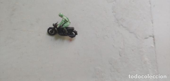 Juguetes antiguos y Juegos de colección: Motorista antiguo juguete miniatura - Foto 2 - 174023870