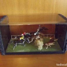 Juguetes antiguos y Juegos de colección: DIORAMA CARRERA DE CABALLOS GRAND NATIONAL SELLADO EN CAJA DE METACRILATO 19 X 9 X 8,5 CM. Lote 176063212