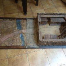 Juguetes antiguos y Juegos de colección: ESPECTACULAR FUERTE OESTE DE MADERA DESPLEGABLE CON TERRENO DE ENTRADA. Lote 178894267