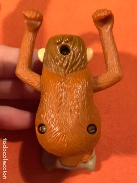 Juguetes antiguos y Juegos de colección: Mowgli juguete cuerda manual giratorio brazos mono niño 2003 juguete mac donalds libro de la selva - Foto 2 - 185731698