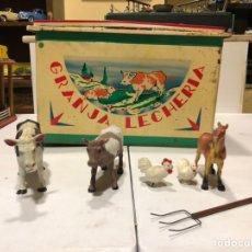 Brinquedos antigos e Jogos de coleção: ANTIGUO JUEGO LA GRANJA LECHERA. DE HOJALATA. 40X20X24 CM. Lote 187613010