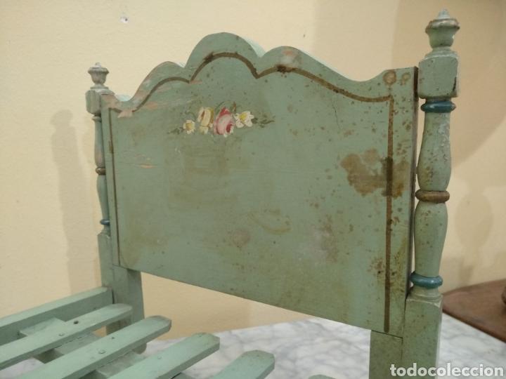 Juguetes antiguos y Juegos de colección: Antigua cama de madera para muñeca. 62cm x 34cm - Foto 3 - 193389480