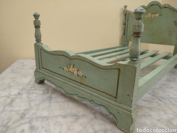 Juguetes antiguos y Juegos de colección: Antigua cama de madera para muñeca. 62cm x 34cm - Foto 4 - 193389480