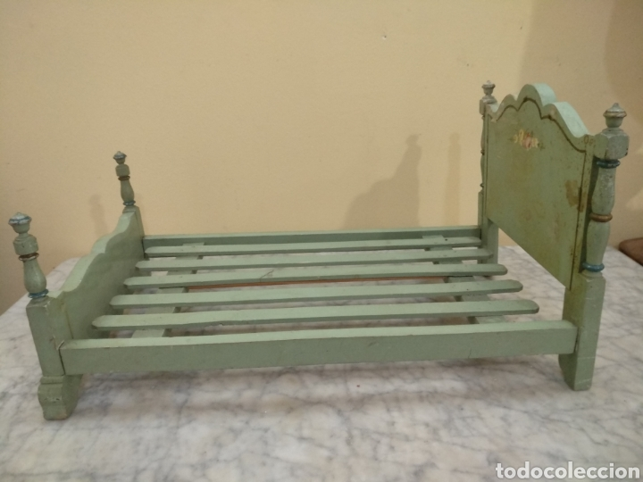 Juguetes antiguos y Juegos de colección: Antigua cama de madera para muñeca. 62cm x 34cm - Foto 5 - 193389480