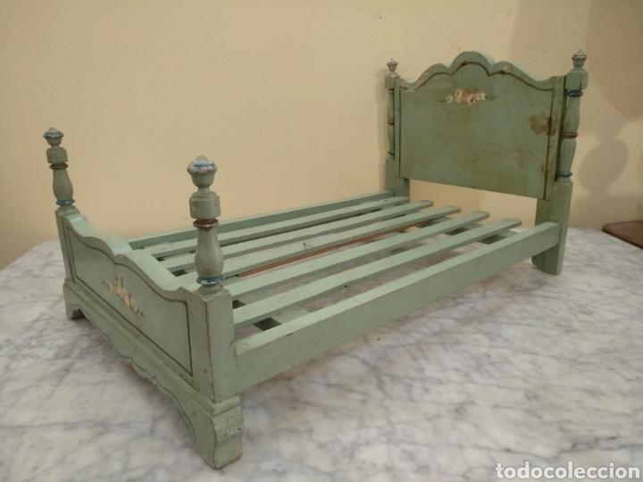 Juguetes antiguos y Juegos de colección: Antigua cama de madera para muñeca. 62cm x 34cm - Foto 2 - 193389480