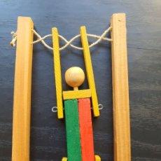 Juguetes antiguos y Juegos de colección: ANTIGUO JUGUETE DE MADERA. ACRÓBATA, TRAPECISTA O MAROMERO. Lote 195093882