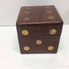 Juguetes antiguos y Juegos de colección: CAJA DE DADOS 6X6X6CM. Lote 202832532