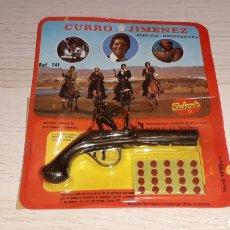Juguetes antiguos y Juegos de colección: PISTOLA CON DETONADORES CURRO JIMÉNEZ T.V.E. METAL, REDONDO MADE IN SPAIN, ORIGINAL AÑOS 70. SIN USO. Lote 205601557