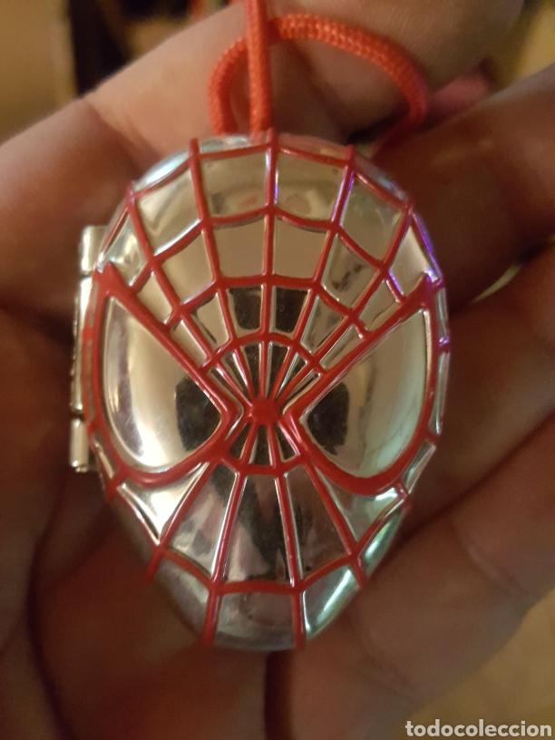 Juguetes antiguos y Juegos de colección: Colgante Mcdonalds 2014 con cajita cabeza de Spiderman Marvel - Foto 3 - 206286982