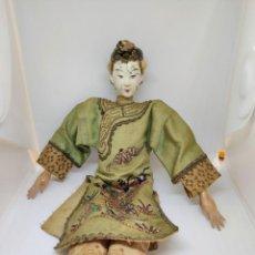 Juguetes antiguos y Juegos de colección: MUÑECA CHINA ANTIGUA DE PORCELANA VESTIDO BORDADO DE SEDA ( ORIENTAL DOLL ). Lote 208388553