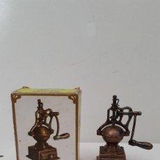 Juguetes antiguos y Juegos de colección: RARO SACAPUNTAS (AFILALAPICES) MARCA: EMB REF: 1040, MOLINO DE CAFE, CON SU CAJA. SIMILAR PLAYME. Lote 51449827
