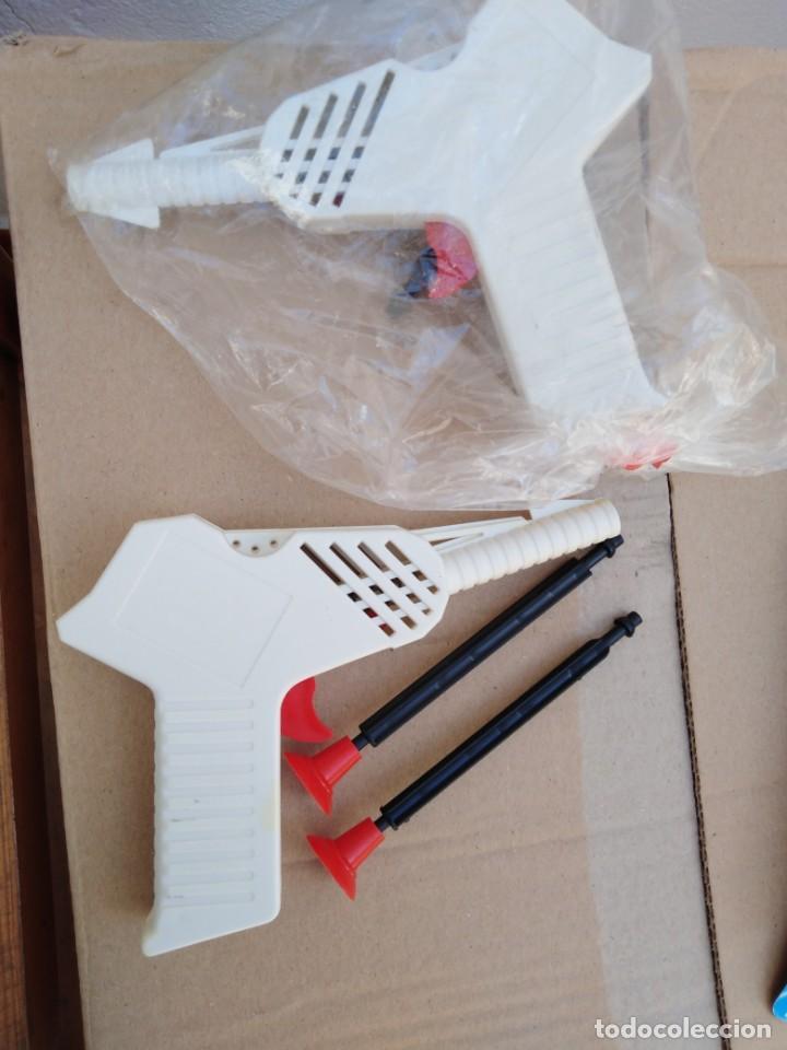 Juguetes antiguos y Juegos de colección: antigua pistola kiosko dispara flechas años 70 nueva sin uso en su bolsa de kiosko - Foto 2 - 256110660