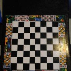 Jouets Anciens et Jeux de collection: TABLERO DE AJEDREZ , CAJA PLEGABLE 20 X 20 CM ABIERTA. Lote 215033076