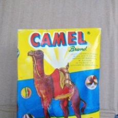 Juguetes antiguos y Juegos de colección: CAJA CON CANICAS DE CRISTAL BOLINDRES MARCA CAMEL BRAND .S ADRIA DEL BESOS BARCELONA 1985. Lote 246034305