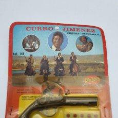 Juguetes antiguos y Juegos de colección: PISTOLA DETONADORA CURRO JIMENEZ, EN SU BLISTER ORIGINAL ( TIENDA ANTIGUA ) SPAIN. Lote 221471905