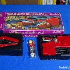 Juguetes antiguos y Juegos de colección: MINI MÁQUINA DE COSER A PILAS.. Lote 228052695