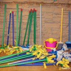 Juguetes antiguos y Juegos de colección: LOTE INFANTIL DE LIMPIEZA DEL HOGAR: 29 FREGONAS, 2 ESCOBAS Y 1 CUBO DE FREGAR - NUEVO. Lote 233175150