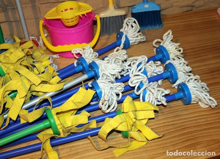 Juguetes antiguos y Juegos de colección: LOTE INFANTIL DE LIMPIEZA DEL HOGAR: 29 FREGONAS, 2 ESCOBAS Y 1 CUBO DE FREGAR - NUEVO - Foto 4 - 233175150