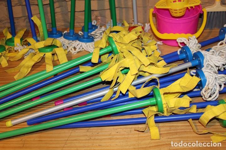 Juguetes antiguos y Juegos de colección: LOTE INFANTIL DE LIMPIEZA DEL HOGAR: 29 FREGONAS, 2 ESCOBAS Y 1 CUBO DE FREGAR - NUEVO - Foto 5 - 233175150