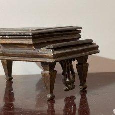 Giocattoli antichi e Giochi di collezione: ANTIGUO PIANO PARA CASA DE MUÑECAS ESTILO ISABELINO. Lote 234437145