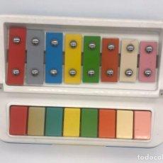 Juguetes antiguos y Juegos de colección: XILÓFONO Y PIANO 2 EN 1 - TECLAS DE COLORES - MADE IN ITALIA. Lote 239702735