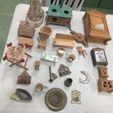 Juguetes antiguos y Juegos de colección: LOTE ANTIGUO DE PIEZAS , MUEBLES , ETC PARA CASA DE MUÑECAS 1900. Lote 249002050