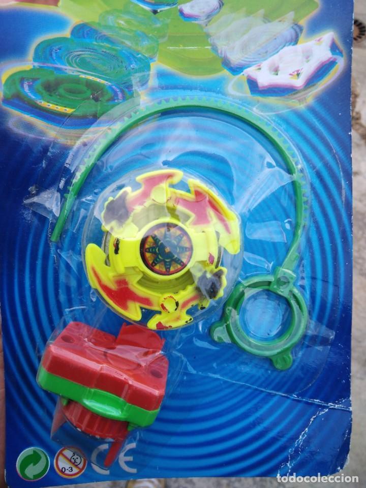 Juguetes antiguos y Juegos de colección: blister beyblade lanzador más peonza - Foto 2 - 256067140