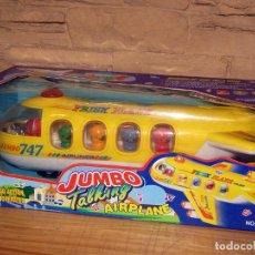 Juguetes antiguos y Juegos de colección: JUMBO TALKING AIRPLANE - AVION CON PASAJEROS A PILAS - NUEVO Y EN SU CAJA ORIGINAL. Lote 261852440