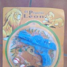 Juguetes antiguos y Juegos de colección: PISTOLA LANZA BOLAS CON DIANA EL PEQUEÑO LEON SE PEGAN LAS BOLAS A LA DIANA PRESCHOOL MADE SPAIN. Lote 261967510