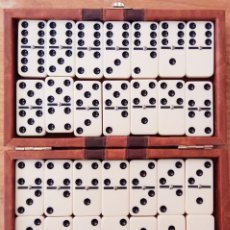 Juguetes antiguos y Juegos de colección: ESTUCHE DE CUERO CON JUEGO DOMINÓ. MADE IN TAIWAN. Lote 262912780