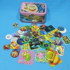 Juguetes antiguos y Juegos de colección: LOTE CAJA CON TAZOS METÁLICOS Y PEGATINAS -BOLLYCAO - SHINCHAN - PHOSKITOS - TOSTA RICA - POKÉMON. Lote 269641238