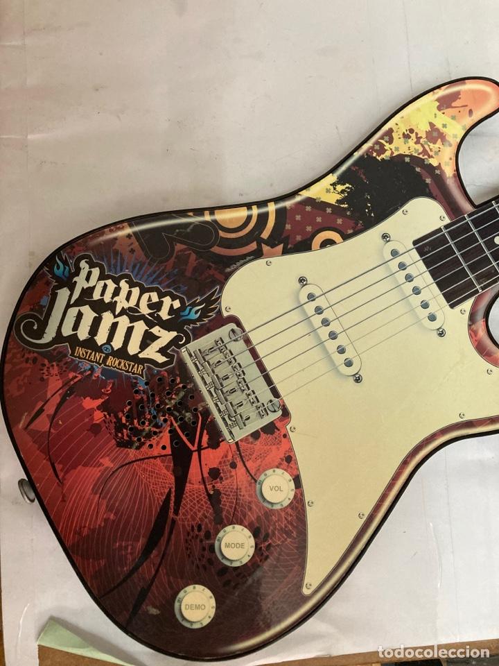 Juguetes antiguos y Juegos de colección: Guitarra PAPER JAMZ, ( juguete ) funciona perfectamente - Foto 2 - 277477193