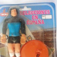Juguetes antiguos y Juegos de colección: JUGADOR DE FUTBOL SELECCIONES EN ESPAÑA - 1982 VICMA - SIN USO. Lote 282199673