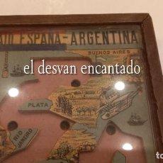 Juguetes antiguos y Juegos de colección: AVIACION RAID ESPAÑA - ARGENTINA . PLUS ULTRA. MADERA CRISTAL. BANDERA REPÚBLICA. 16 X 11 X 2 CTMS. Lote 292141278