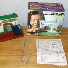 Juguetes antiguos y Juegos de colección: ANTIGUA MAQUINA DE COSER DE JUGUETES VALBESAN - AÑOS 70 - NUEVA Y EN SU CAJA ORIGINAL. Lote 293817538