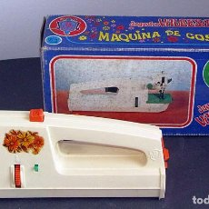 Juguetes antiguos y Juegos de colección: ANTIGUA MAQUINA DE COSER VALBESAN - NUEVA Y EN SU CAJA ORIGINAL - AÑOS 70 - REF. 1012. Lote 294045713