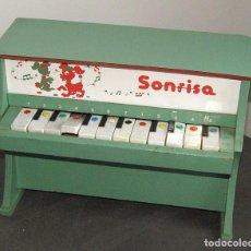 Juguetes antiguos y Juegos de colección: ANTIGUO PIANO INFANTIL SONRISA VERTICAL, DE MEDITERRANEO - AÑOS 70 - MADERA Y PLASTICO. Lote 294062048