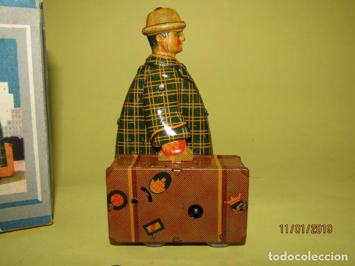 Juguetes antiguos Jyesa: Antiguo Viajante Maletero a Cuerda en Hojalata Litografiada de JYE JYESA . A estrenar Año 1945 - Foto 7 - 146580714