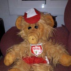 Brinquedos Antigos: GRACIOSO Y ANTIGUO PELUCHE DE ALF VESTIDO CON LA EQUIPACIÓN DEL VEN STUTTGART FUTBOL CLUB. Lote 124213154